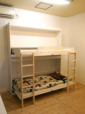 壁面へ収納できるベットでモデルチェンジしました。 スペースに拘り、ワンルームマンションや空間が限られた場所に最適です。 ※写真は、工場出荷時のものです。